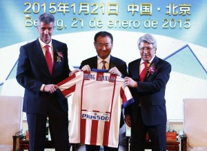 epa04572345 (L-R) Atletico Madrid CEO Miguel Angel Gil, Wanda Group Chairman Wang Jianlin and Atletico Madrid President Enrique Cerezo hold a team jersey during an agreement ceremony in Beijing, China, 21 January 2015. China's Wanda Group officially announced it has invested 45-million euro to acquire a 20 percent stake in Spanish soccer club Atletico Madrid.  EPA/ROLEX DELA PENA